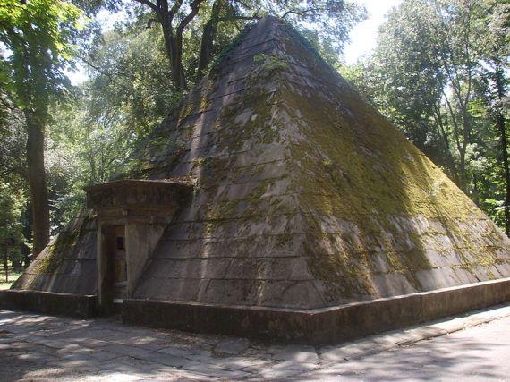 800px-Parco_delle_Cascine,_Piramide