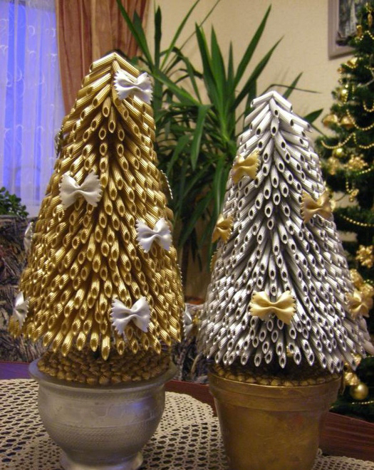 diy-christmas-trees-pots-gold-silver-pasta-ribbons