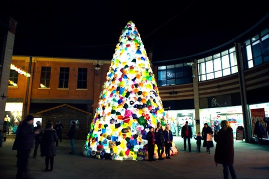 consumerist-christmas-tree-by-luzinterruptus-6-537x358 (1)