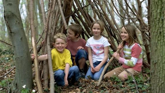djeca igra u šumi